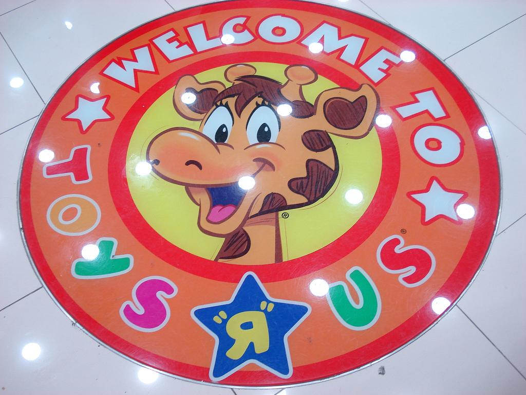 welcom_to_toys_r_us_giraffe