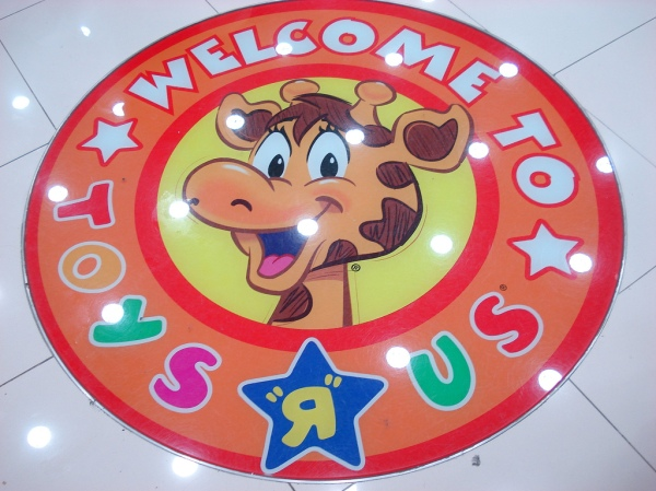 welcom_to_toys_r_us_giraffe